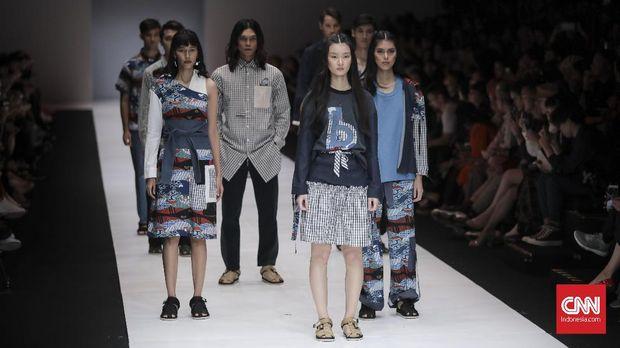 Model memeragakan busana Bateeq persembahan Indonesia Fashion Forward pada pagelaran pekan mode Jakarta Fashion Week 2019, Jakarta (20/10).