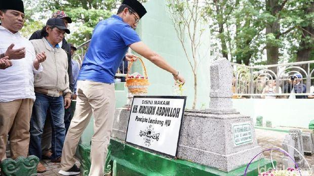 Sandi menaburkan bunga di makam KH Ridwan Abdullah
