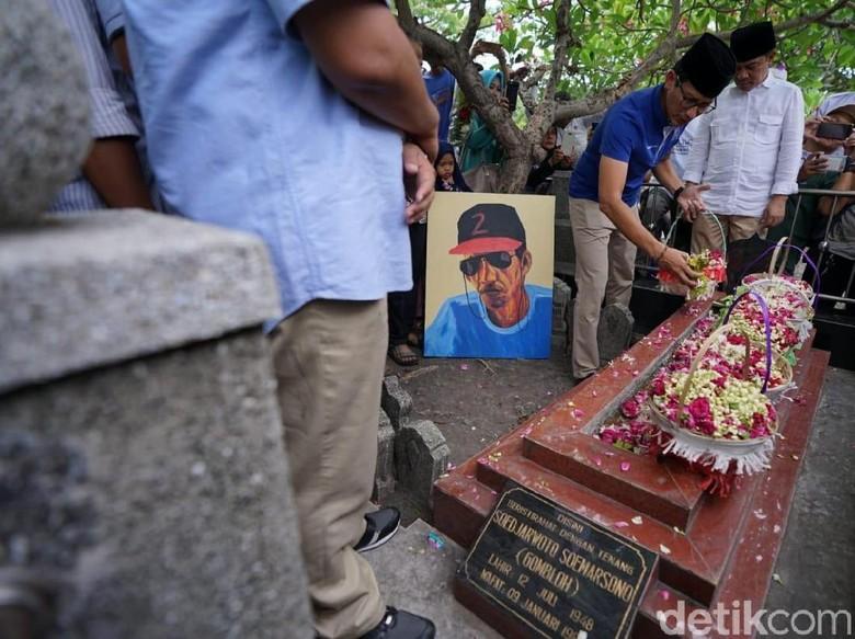 Awali Kunjungan ke Jatim, Sandiaga Uno Ziarah Makam Gombloh