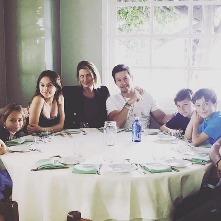 Keluarga aktor Hollywood Mark Wahlberg ini seru dan kompak, Bun. Mark dan istrinya, Rhea dikaruniai empat anak. Ella, Michael, Grace dan Brendan. (Foto: Instagram @byrheawahlberg)