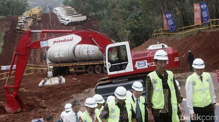 Saat Presiden Joko Widodo meresmikan dimulainya proyek Kereta Cepat Jakarta-Bandung di kebun teh Walini, Cikalong Wetan, Bandung Barat, Jawa Barat. Sambil berbahasa Sunda, Jokowi meresmikannya.