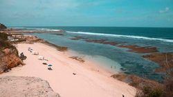 Pantai Melasti, Surga Bali Tersembunyi di Balik Bukit Kapur