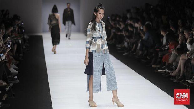 Peragaan busana Novita Yunus dalam Jakarta Fashion Week.
