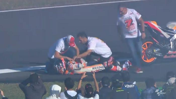 Marc Marquez mengalami dislokasi bahu saat merayakan gelar juara dunia ketujuh di MotoGP. (Foto: screen shot MotoGP.com)