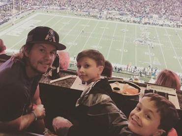 Nonton NFL bareng ayah Mark. Seru! (Foto: Instagram @byrheawahlberg)