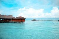 Banyak hal yang bisa dliakukan di Derawan. Mulai dari menginap di penginapan apung yang langsung menghadap laut, berenang dengan ubur-ubur du Pulau Kabakan, berpetualang di Goa Haji Mangku, snorkling, melihat penyu di Pulau Sangalaki, berkunjung ke Pulau Maratua, berfoto di Danau Labuan Cermin dan lainnya. ((Khairul Leon/dTraveler))