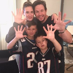 8 Foto Seru Keluarga Aktor Hollywood Mark Wahlberg