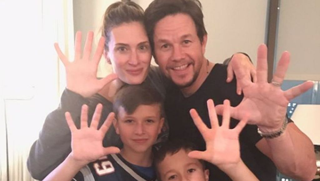 8 Foto Seru Keluarga Aktor Hollywood Mark Wahlberg