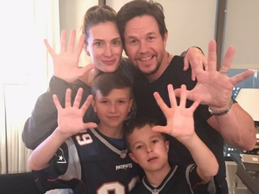 Mark Wahlberg dan Rhea juga sering mengajak kedua putranya nonton NFL. (Foto: Instagram @byrheawahlberg)