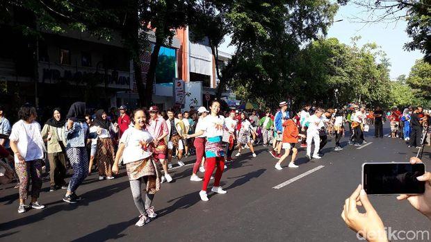 Aksi muda-mudi Solo ajak warga Solo ikuti Indonesia Menari.