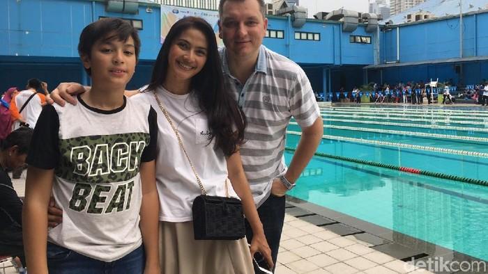 Maudy bersama Erik, suami, dan Eddy, anaknya. Foto: Khadijah Nur Azizah/detikHealth