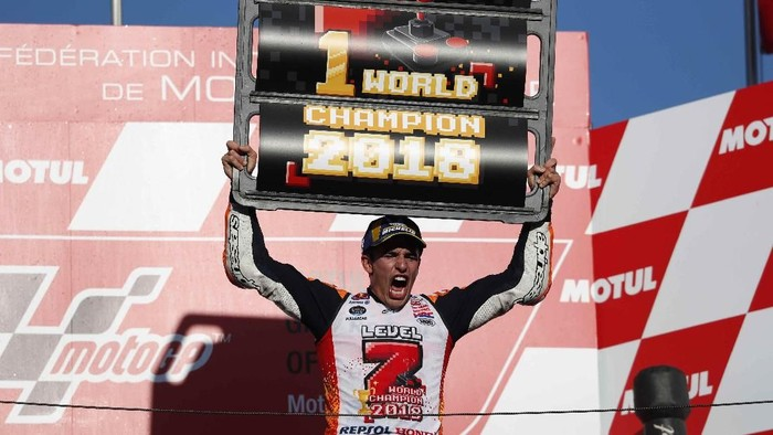 Marc Marquez merayakan gelar juara dunia MotoGP 2018 (Foto: Tori Hanai/Reuters)