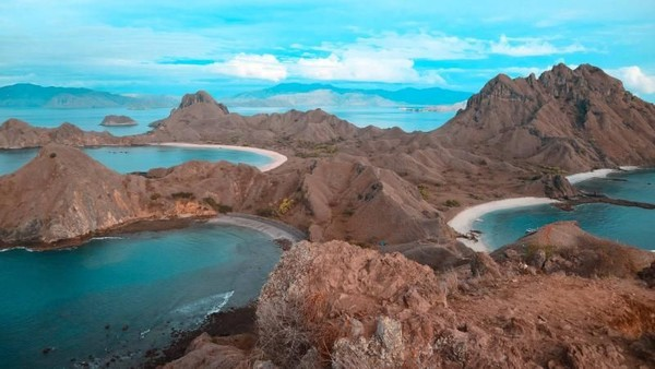 Labuan Bajo di NTT punya Pulau Komodo yang eksotis. Gaji Rp 8 juta bisa untuk liburan 4 hari 3 malam termasuk pesawat, menginap di kapal termasuk makan dan island hopping. (Khairul Leon/dTraveler)