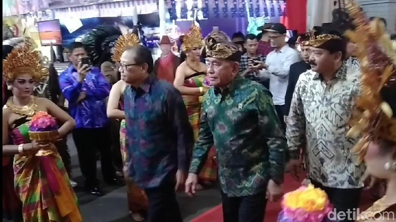 Kompak Pakai Udeng, Menhan dan Panglima TNI Hadiri MBB Internasional