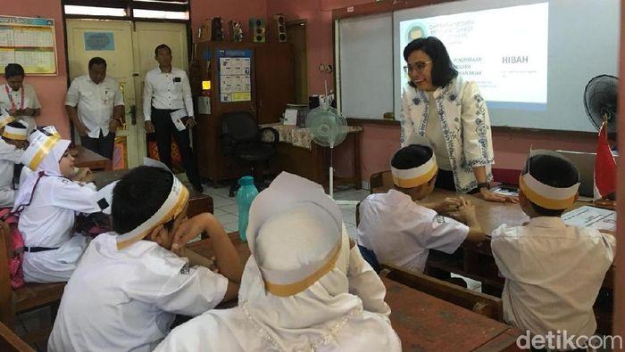 Foto: Menkeu Sri Mulyani mengajar anak SD/Foto: Sylke Febrina-dertikFinance