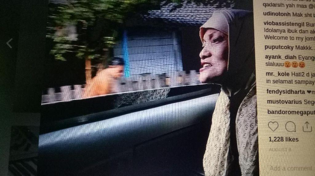 Keluarga Antar Jenazah Titi Qadarsih ke TPU Tanah Kusir