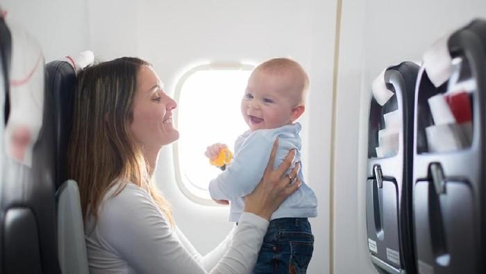 Ilustrasi ibu dan bayi di pesawat. Foto: iStock