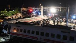 Video: Kereta Tergelincir di Taiwan, 18 Orang Tewas