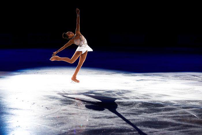 Figure Skating atau dikenal pula dengan ice skating di Indonesia merupakan cabang olahraga yang menampilkan kemahiran atlet dalam berseluncur baik perorangan, berpasangan atau beregu. Tak hanya mahir berseluncur, para atlet cabor ini pun harus mampu menampilkan gerak tubuh yang indah selama berseluncur di atas es. Seperti penampilan dari peseluncur Amerika Serikat, Starr Andrews, yang bertanding dalam kejuaraan 2018 Skate America, Minggu (21/10/2018) waktu setempat. Joe Nicholson-USA Today/via Reuters.