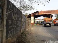 Jalan di depan gerbang masuk ke TPST Bantargebang