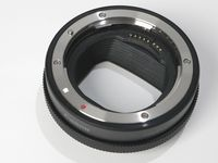 Adaptor untuk memasang lensa DSLR Canon EF atau EF-S.