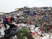 Gunung sampah di TPST Bantargebang