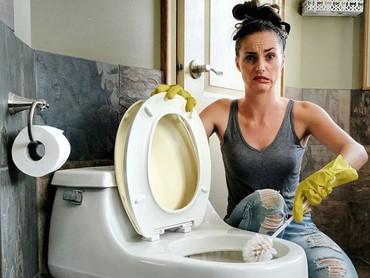 Sarung tangan dan sikat toilet juga bisa jadi properti. Tidak perlu keluar uang lagi! (Foto: Instagram @moderndaywonderland)