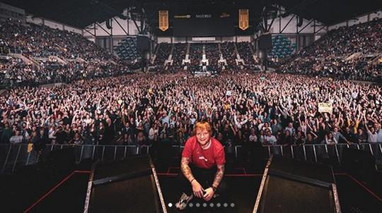 Gaya Unik Foto Wefie Ed Sheeran yang Selalu Sama Setelah Manggung