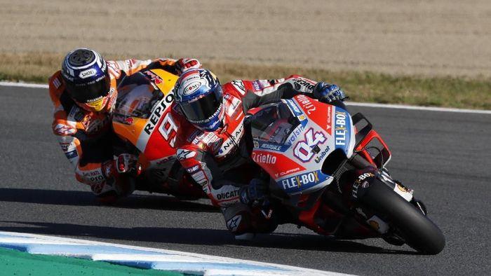 Andrea Dovizioso saat bersaing dengan Marc Marquez di MotoGP Jepang (Toru Hanai/Reuters)