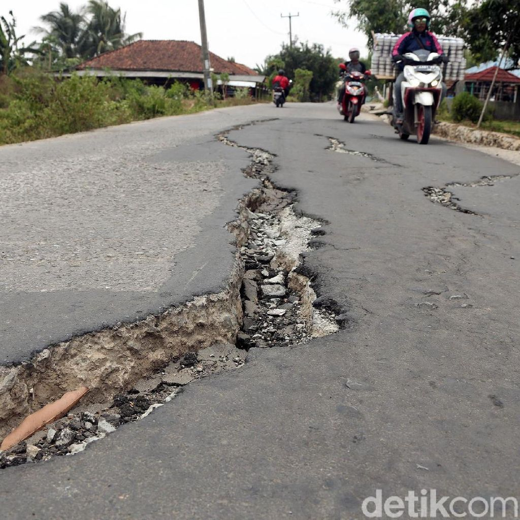 Parah! Belum Lama Dicor, Jalan di Pemkab Bekasi Retak-retak