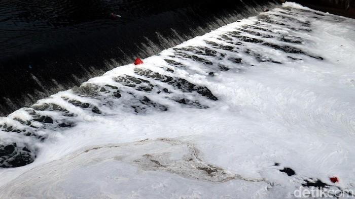 Air di Sungai Kanal Banjir Timur tampak dipenuhi busa. Hal itu dikarenakan limbah domestik yang hanyut di sungai tersebut.