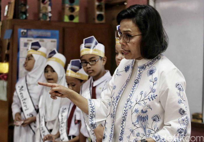 Begini gaya Sri Mulyani saat mengajar siswa Sekolah Dasar negeri Kenari 07 di Jalan Salemba, Jakarta Pusat, Senin (22/10/2018).
