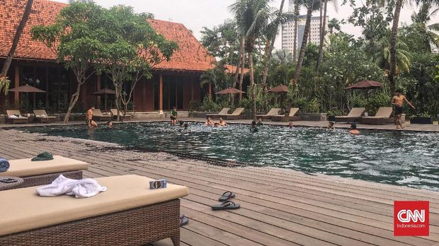 Pemain Timnas Indonesia U-19 melakukan sesi latihan sore dengan recovery di kolam renang.