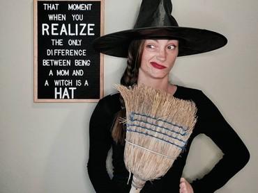 Bedanya penyihir dan ibu rumah tangga hanya terletak pada topi yang digunakan, hi-hi-hi. (Foto: Instagram @moderndaywonderland)
