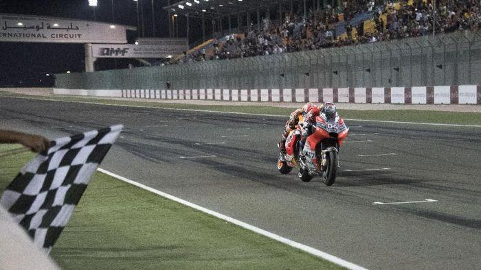 Marc Maquez mengawali musim 2018 langsung terlibat duel sengit dengan Andrea Dovizioso di MotoGP Qatar. Marquez harus puas jadi runner up dan mengakui keunggulan rivalnya itu, meski selisih waktunya luar biasa tipis. Hanya 0,027 detik selisih waktu kedua pebalap saat melewati garis finis. (Mirco Lazzari gp/Getty Images)