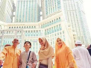 Saat lagi di Masjidil Haram. Beribadah dapat, bondingnya juga dapat. (Foto: Instagram @itsrossa910)