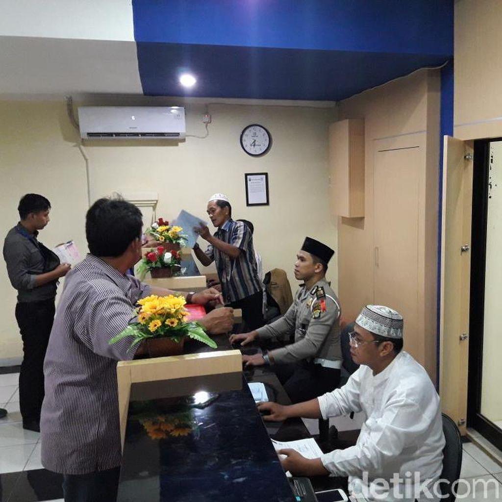 Rayakan Hari Santri, Petugas SIM Polres Bekasi Kenakan Pakaian Muslim