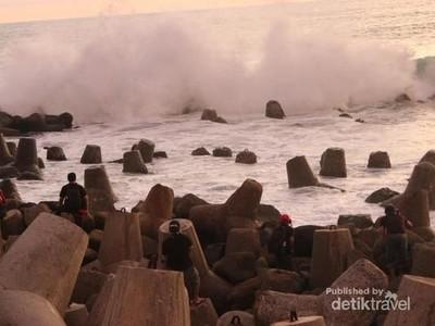 Pantai di Yogya yang Identik dengan Pemecah Ombaknya