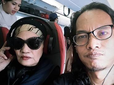 Selfie bersama putranya. Titi selalu terlihat ceria. (Foto: Istagram @indraqadarsih)