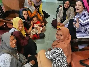 Di rumah, Titi adalah sosok ibu dan nenek yang menyayangi anak, keponakan, dan cucunya. (Foto: Istagram @indraqadarsih)