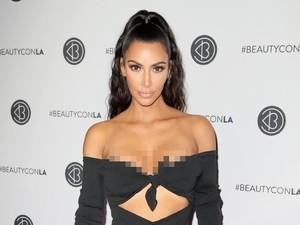 Gaya Seksi Kim Kardashian Berbikini Saat Naik Gajah di Bali