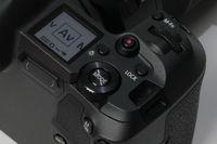Bagian atas kamera terdapat LCD berisi informasi setting kamera dan juga tombol dan roda dial pengatur setting.