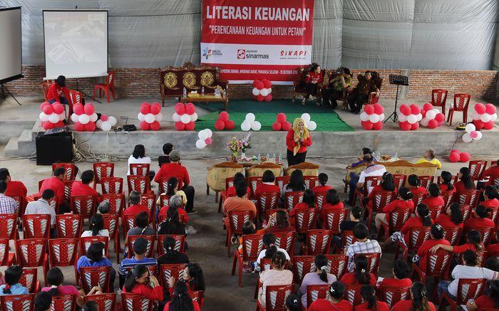 Kegiatan literasi ini merupakan lanjutan dari kegiatan literasi keuangan di tahun 2018. Yang berbeda kali ini adalah, literasi keuangan diberikan kepada para petani di Kelurahan Rumoong Bawah, Amurang di Kabupaten Minahasa Selatan, Sulawesi Utara. Foto: dok. Asuransi Sinar Mas
