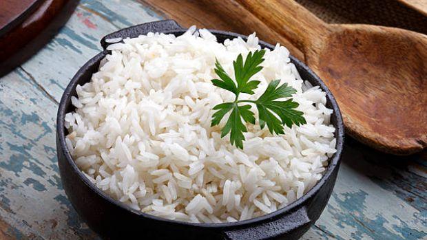 Bikin Haru! Pekerja Konstruksi Ini Makan Siang Hanya dengan Nasi Putih dan Kuah Air
