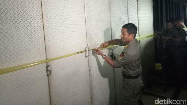 Satpol PP DKI Jakarta menutup sementara Diskotek Old City.