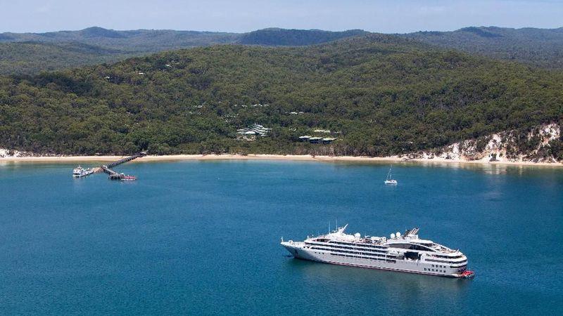 Yang dikunjungi mereka adalah Pulau Fraser atau Fraser Island. Pulau ini ada di Queensland, Australia dan ini bagian Kingfisher Bay, Fraser Island (Fraser Coast Tourism & Events)