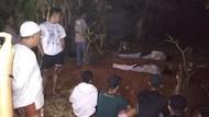 Berniat Nge-prank, Pocong Palsu Dihukum Tidur di Kuburan