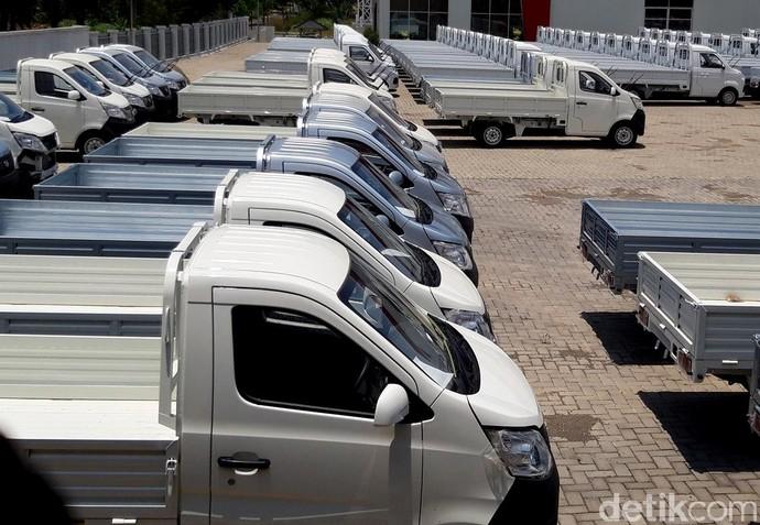 Dari pantauan detikcom, di halaman bagian depan sisi timur pabrik tersebut sudah berjajar rapi mobil-mobl baru.