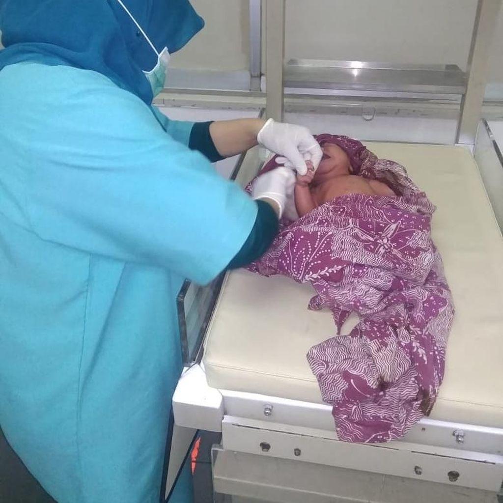 Ditemukan Menggigil di Warung, Sesosok Bayi Ditemukan Masih Hidup