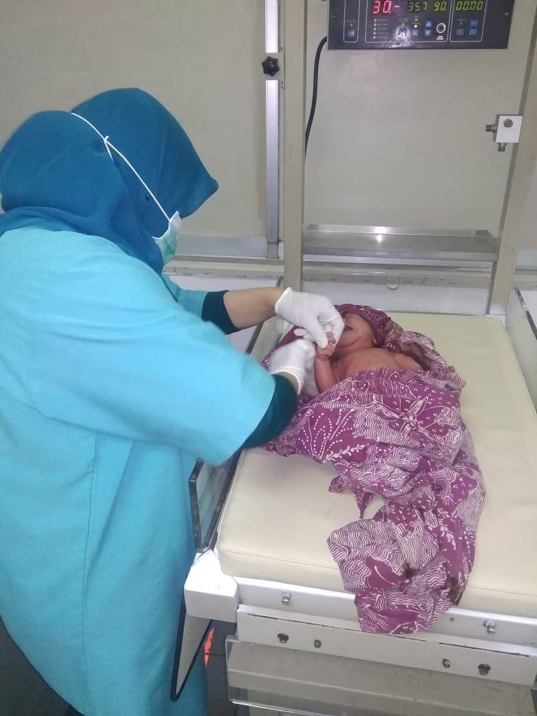 Menggigil di Warung, Sesosok Bayi Ditemukan Masih Hidup